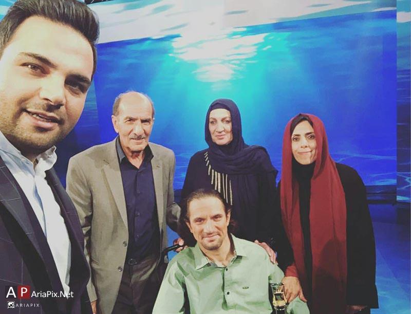 عکس یادگاری احسان علیخانی با مهمانان برنامه