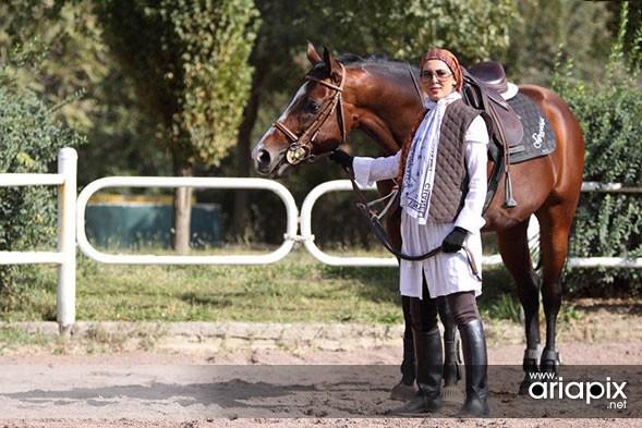 عکسهای جدید لیلا بلوکات در حال اسب سواری