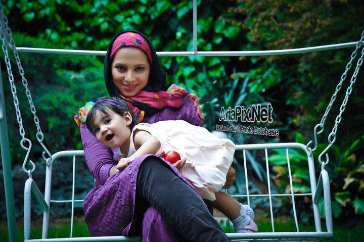 roshanak%20ajamian ariapix.net 01 جدیدترین عکسهای روشنک عجمیان و دخترش