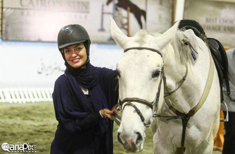 مهناز افشار در حال اسب سواری